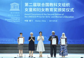 Peng Liyuan attends award ceremony for UNESCO education prize