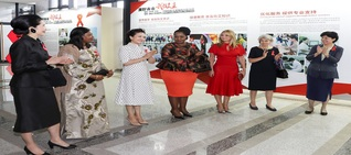 Peng Liyuan attends AIDS control activity with foreign guests in XMU
